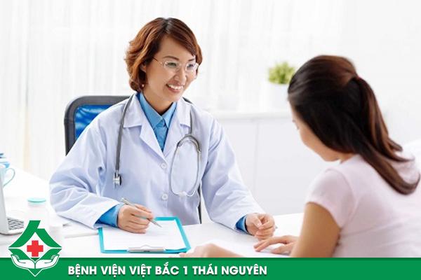 Bác sĩ Bệnh viện Việt Bắc 1 thăm khám và kiểm tra lượng mỡ trên cơ thể.