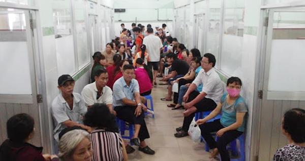 Bệnh nhân chờ thăm khám