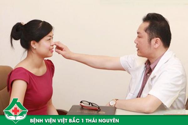 Bác sĩ thăm khám và hướng dẫn khách hàng cách chăm sóc sau khi tạo má lúm